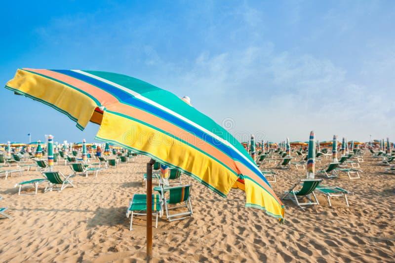 Paraplustrand voor het ontspannen en zon vastgesteld strand royalty-vrije stock foto