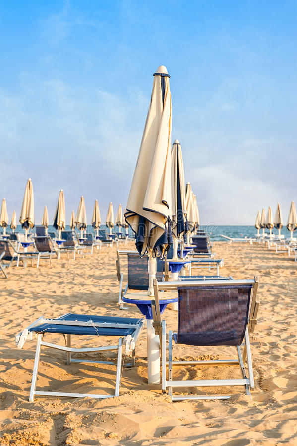 Paraplustrand voor het ontspannen en zon vastgesteld strand royalty-vrije stock fotografie