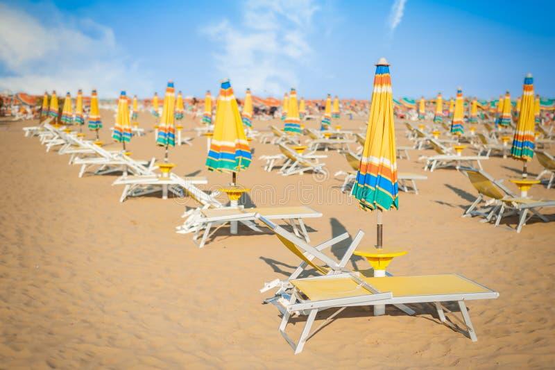 Paraplustrand voor het ontspannen en zon vastgesteld strand stock foto