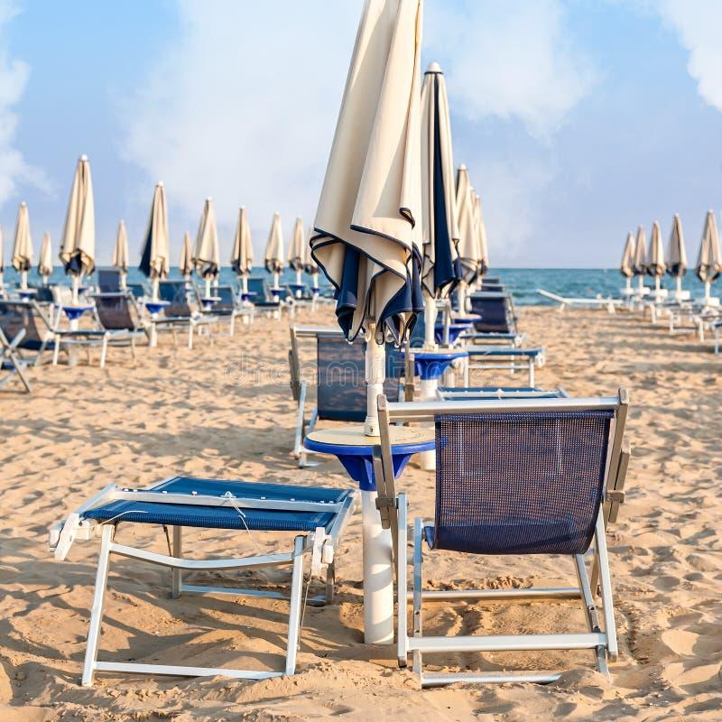 Paraplustrand voor het ontspannen en zon vastgesteld strand royalty-vrije stock afbeeldingen