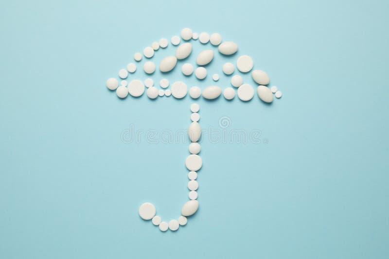 Paraply av piller, medicinsk f?rs?kring Skydd mot sjukdomen, cancer arkivfoton