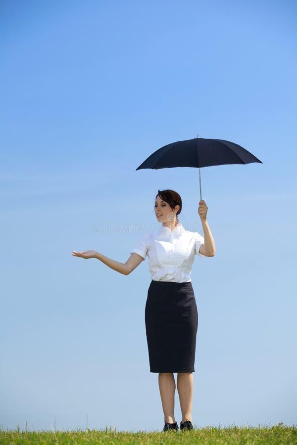 paraply för affärskvinnaholdingpark royaltyfri bild