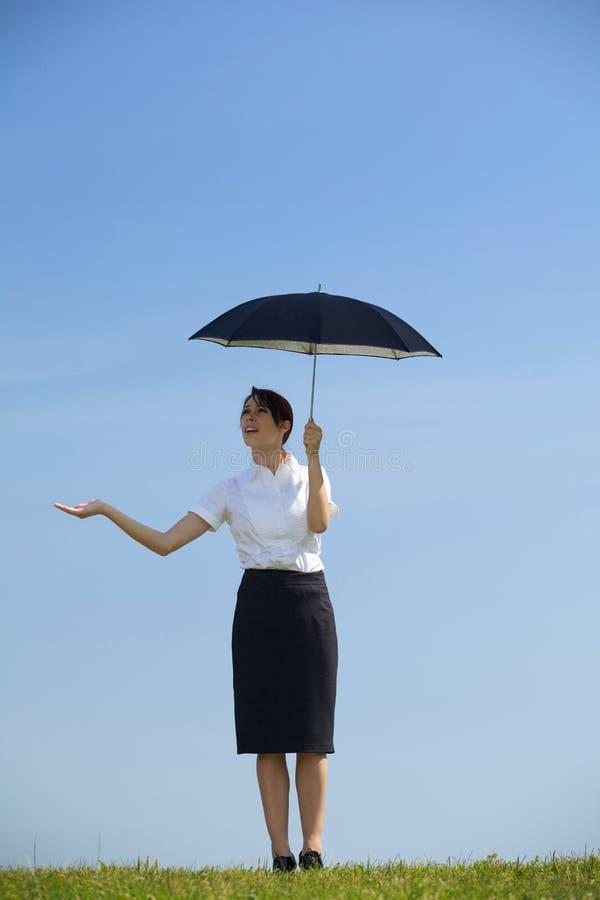 paraply för affärskvinnaholdingpark fotografering för bildbyråer