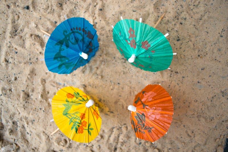 Paraply för coctailar på en sandig sommarbakgrund royaltyfria foton