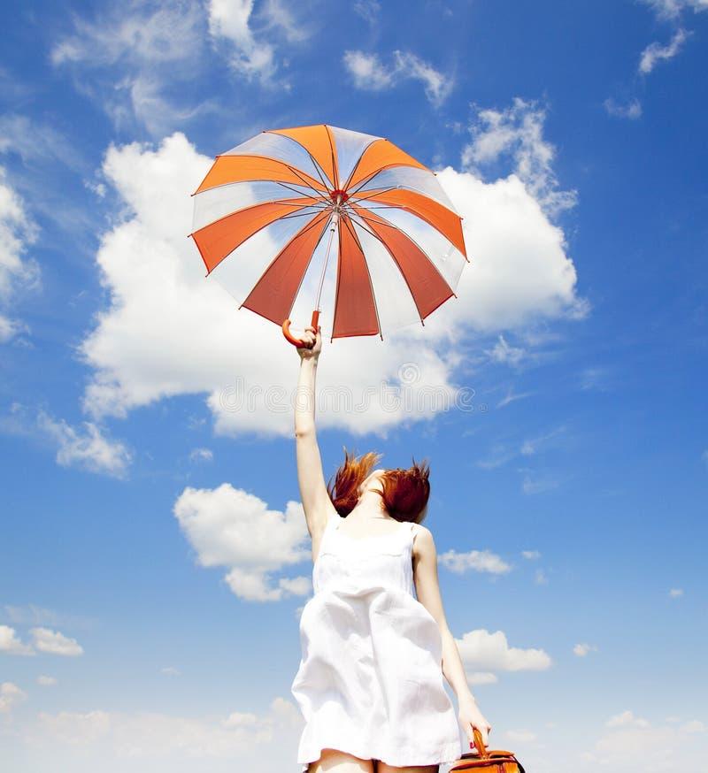 paraply för flickafjäderresväska arkivbild