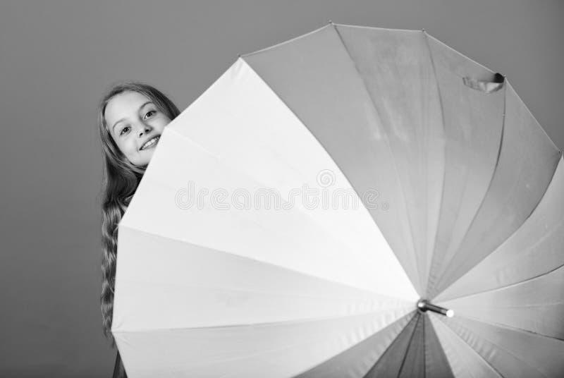 Paraply för regnbåge för ungetitt ut färgrikt Färga ditt liv Gladlynt skinn för flicka bak paraplyet Färgrik paraplytillbehör royaltyfri bild