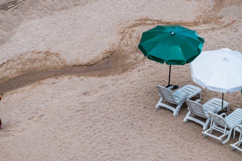 Paraply och stol på en tropisk strand fotografering för bildbyråer