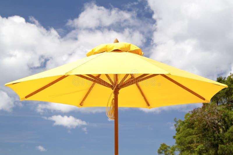 Paraply på en strand royaltyfria foton
