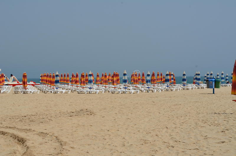 Paraplyer är på strandsemesterorten arkivbild