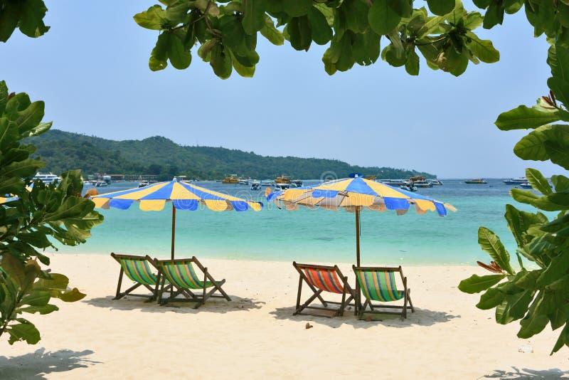 paraplyer för kulöra vardagsrumar för strandchaise mång- arkivbild