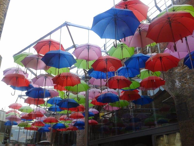 Paraplyer i brygdhamnplats royaltyfri bild
