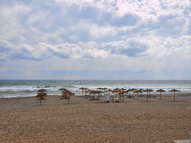 Paraplyer och platser i strand i puebloen Indalo Mojacar arkivfoto