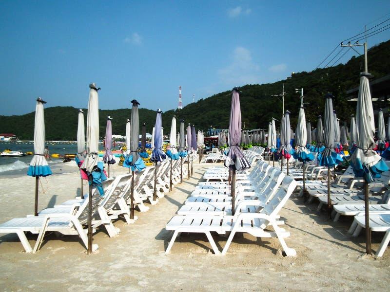 Paraplyer och strandstolar på Koh Larn pattaya thailand arkivfoton