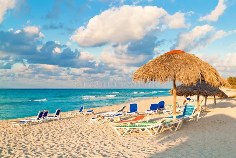 Paraplyer på den kubanska stranden av Varadero royaltyfri fotografi
