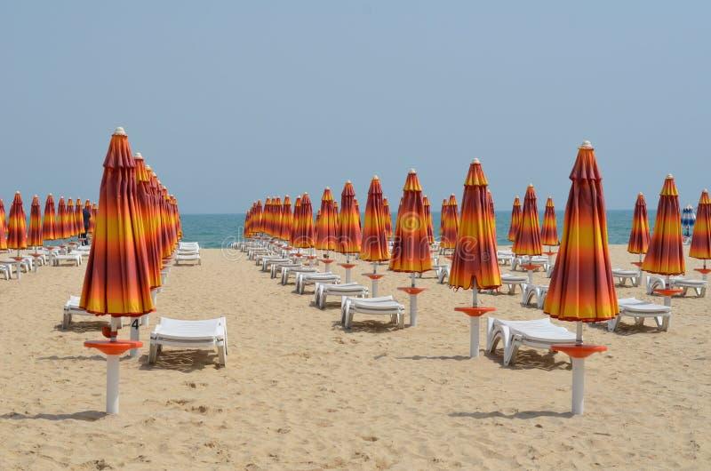 Paraplyer på en strandsemesterort arkivfoto