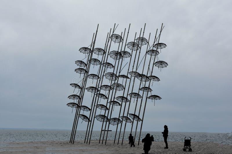 Paraplyer på stranden, skulptur av Giorgos Zongolopoulos fotografering för bildbyråer