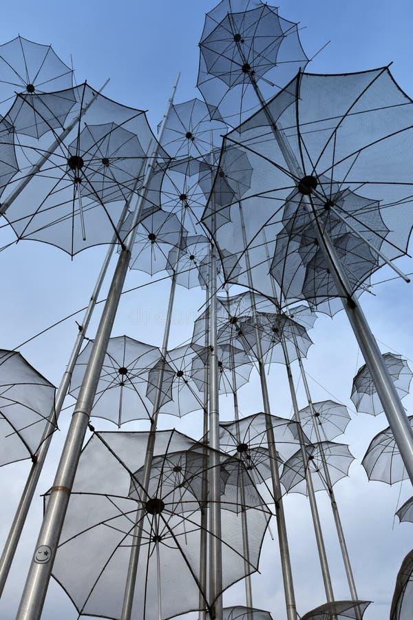 Paraplyer på stranden, skulptur av Giorgos Zongolopoulos royaltyfria foton