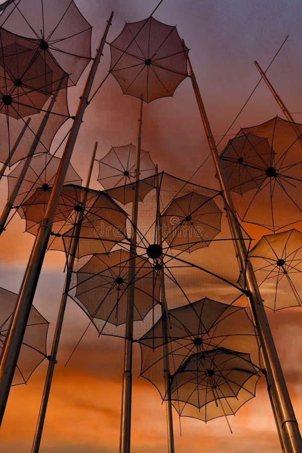 Paraplyer på stranden, skulptur av Giorgos Zongolopoulos royaltyfri bild