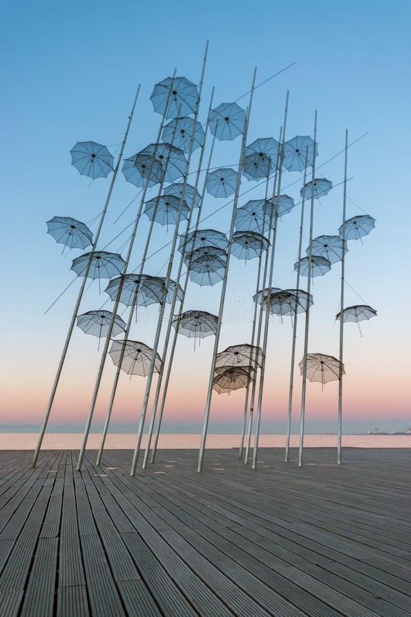 'Paraplyernas installation på den nya stranden av Thessaloniki under soluppgång i Grekland royaltyfri fotografi