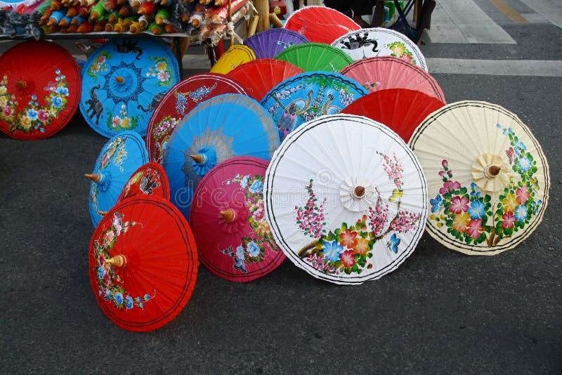 Paraplyet shoppar, Thailand arkivbild