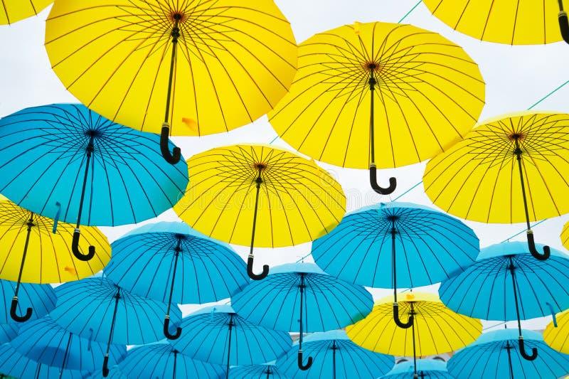 Paraplyflöte i himmel på solig dag Installation för paraplyhimmelprojekt Utomhus- konstdesign och dekor Ferie och royaltyfri bild