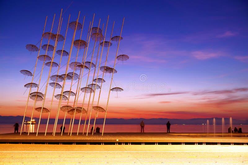 Paraplyinstallationen på den nya stranden av Thessaloniki arkivbilder