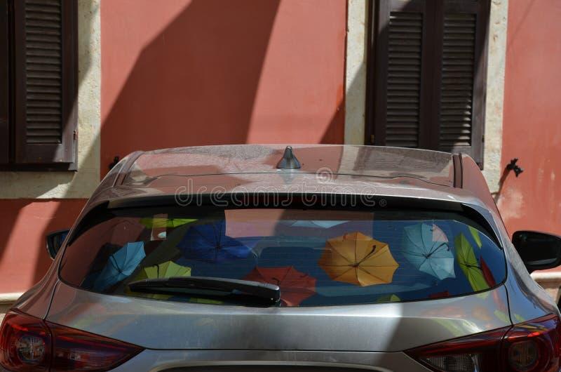 Paraplyreflexion i ett parkeringsbilfönster royaltyfri fotografi