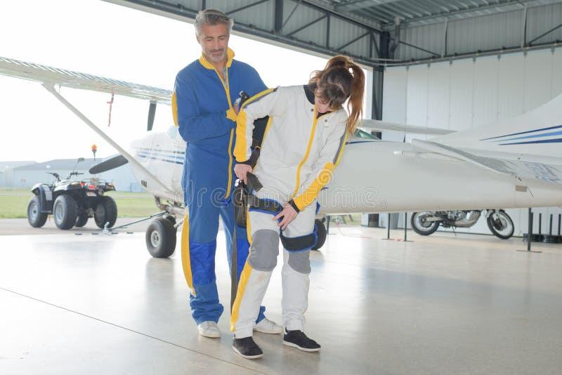 Paraquedas da preparação para mergulhadores do céu no hangar fotografia de stock
