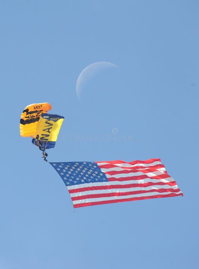2016 paraquedas do exército da marinha dos MCAS Miramar Airshow, bandeira, lua imagem de stock