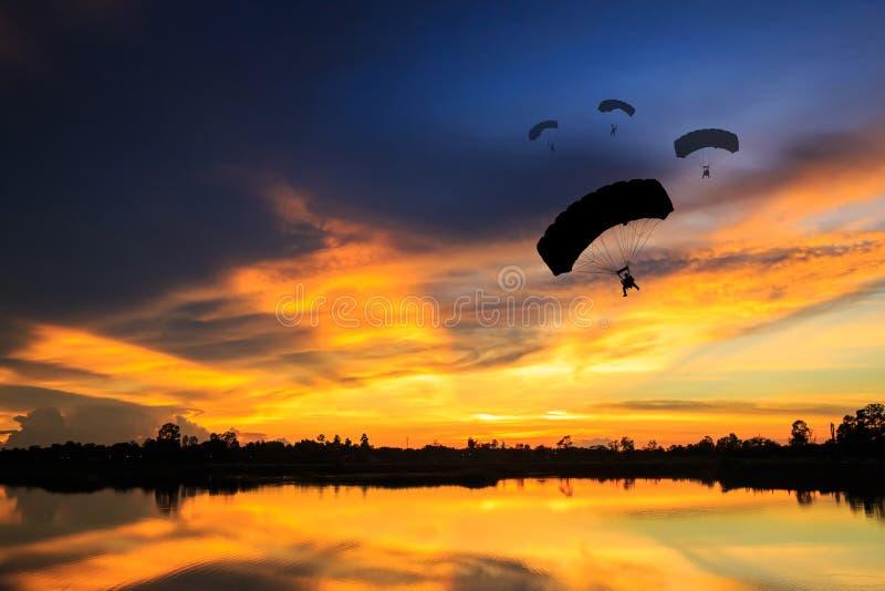 Paraquedas no por do sol foto de stock