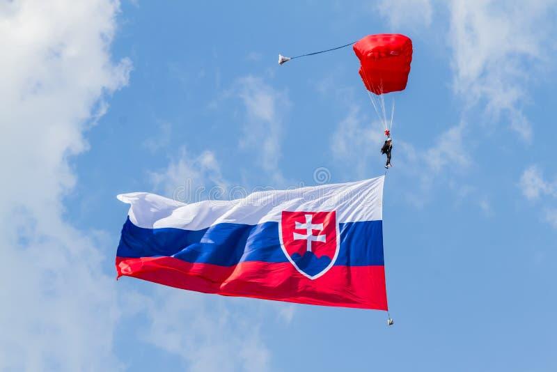 Paraquedista com a bandeira nacional eslovaca fotografia de stock royalty free
