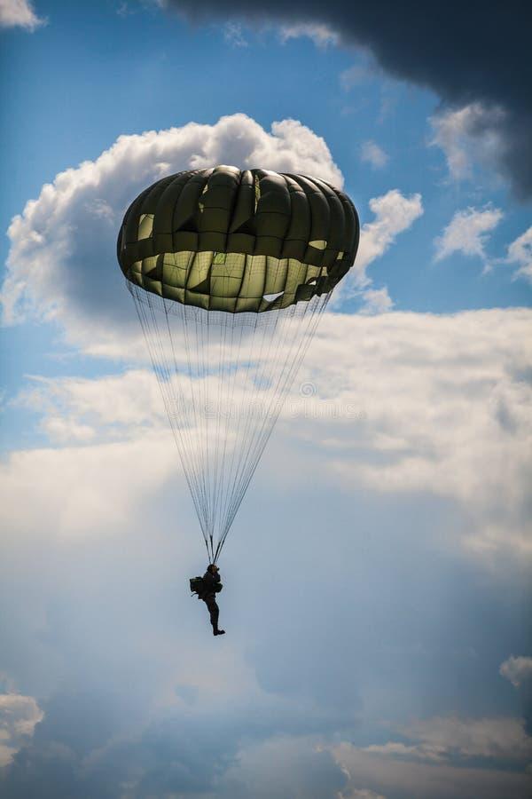Paraquedista na guerra fotografia de stock royalty free