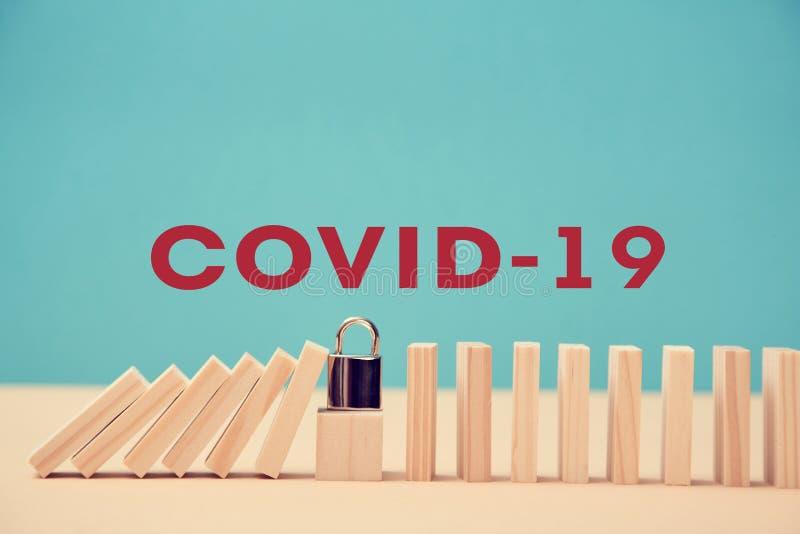 Parar COVID-19 e quarentena Evitar a propagação da infecção por coronavírus O cadeado no cubo de madeira parou o efeito dominó imagem de stock