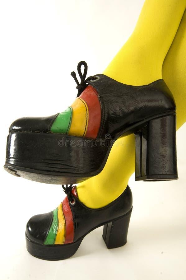 parar den höga damtoaletten för häl retro skor för plattformen royaltyfria bilder