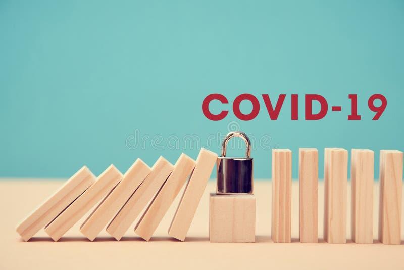 Parar surto de Coronavírus Evitar infecção pandêmica Inscrição COVID-19 Bloquear o cubo deixou de cair tijolos de madeira imagem de stock