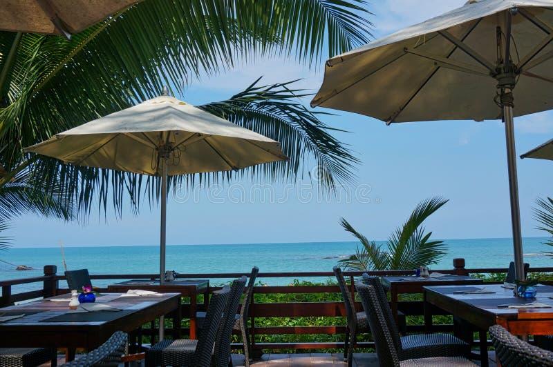 parasóis na praia com cadeiras fotografia de stock royalty free