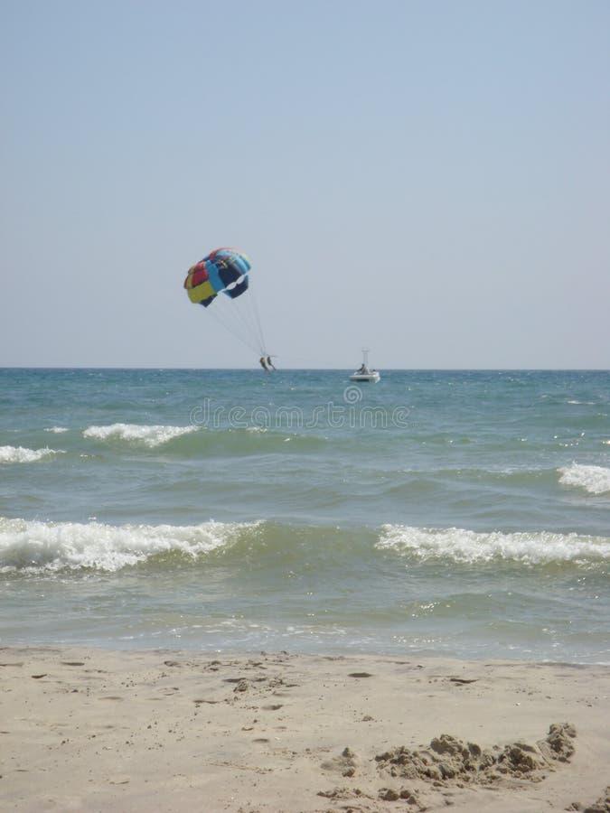 Parasailing πέρα από τη θάλασσα στοκ φωτογραφίες με δικαίωμα ελεύθερης χρήσης