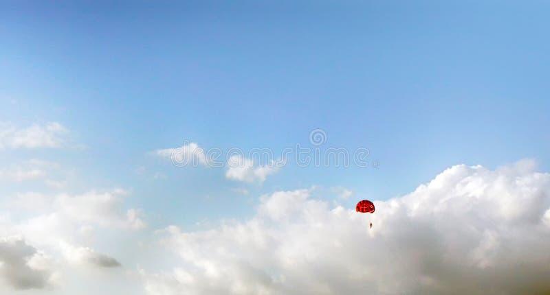 Parasailing auf blauem Himmel lizenzfreie stockbilder