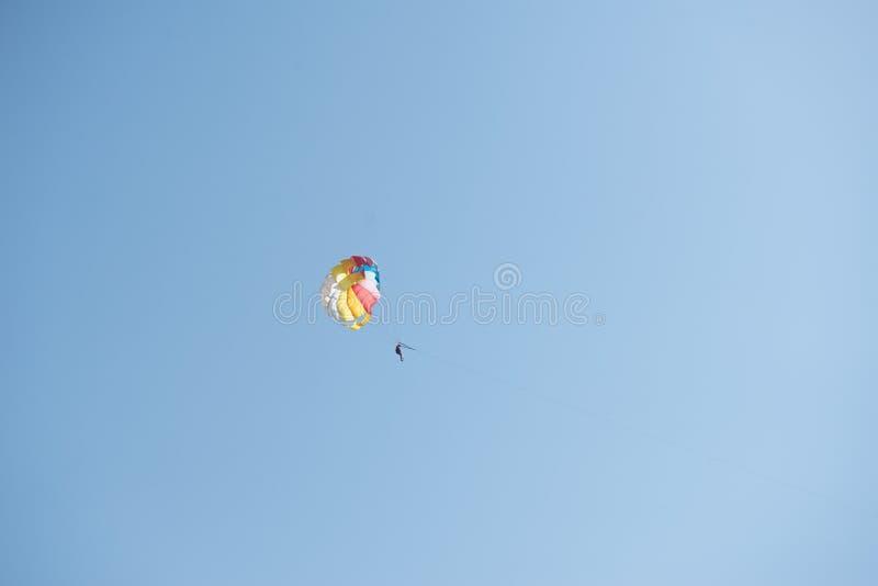 Parasailing Bemannen Sie Fliegen auf einem Fallschirm hinter einem Boot stockfoto