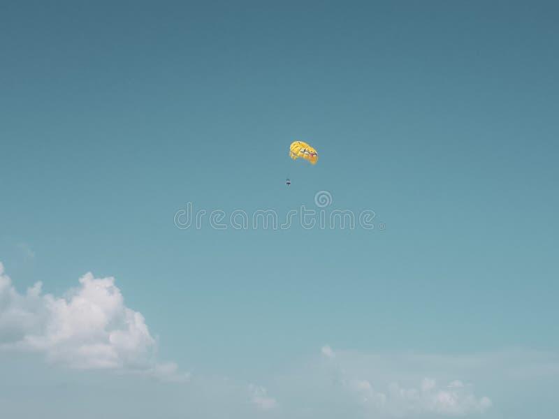Parasailing con el paracaídas amarillo en el Caribe fotos de archivo
