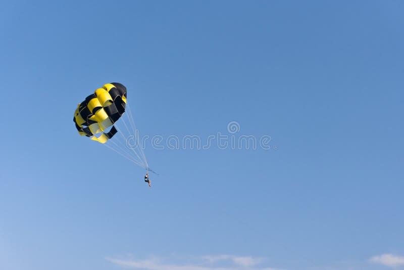Parasailing der Mann fliegt mit einem gelben Fallschirm Nahaufnahme stockbild
