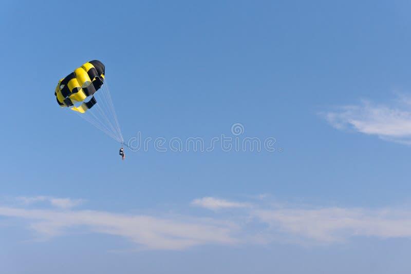 Parasailing der Mann fliegt mit einem gelben Fallschirm Nahaufnahme stockfotografie
