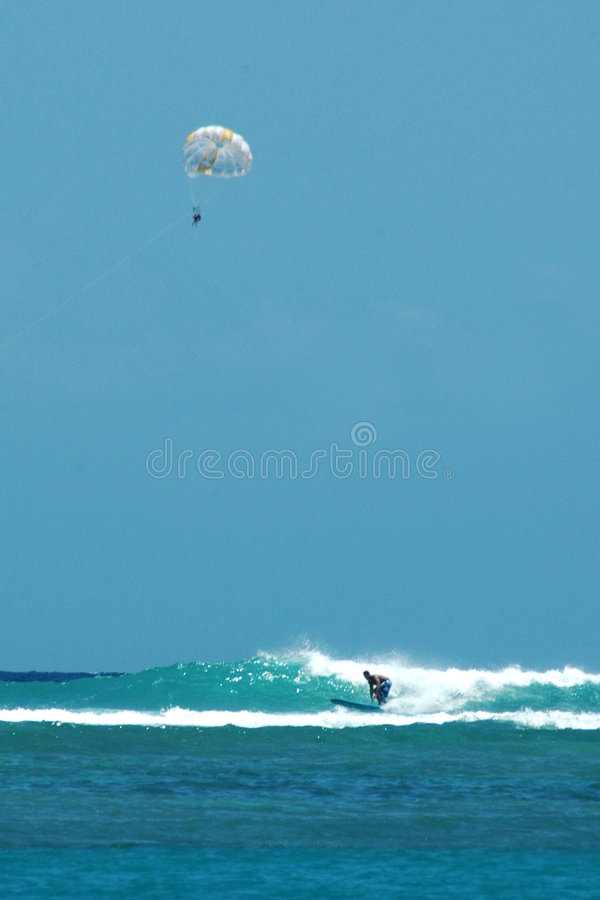 Parasailing e surfar fotografia de stock royalty free