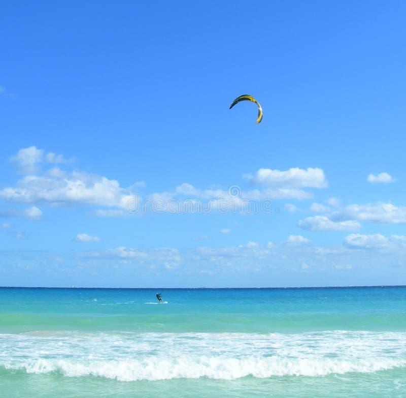 Parasailing en el Caribbeans foto de archivo
