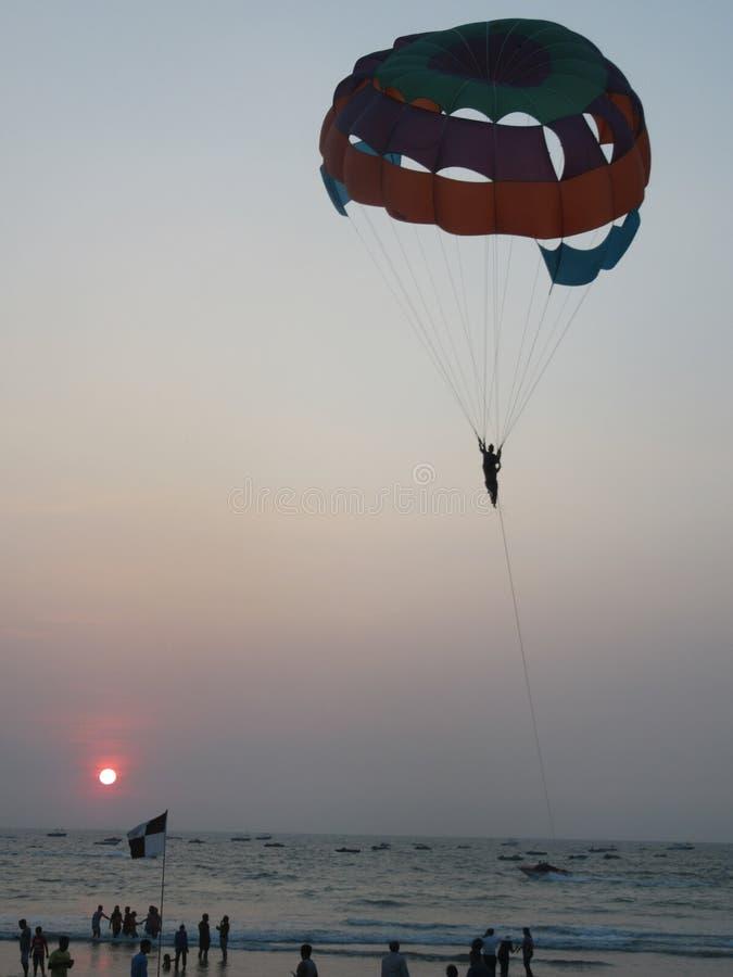 Parasailing en la costa y las playas de Goa imagen de archivo