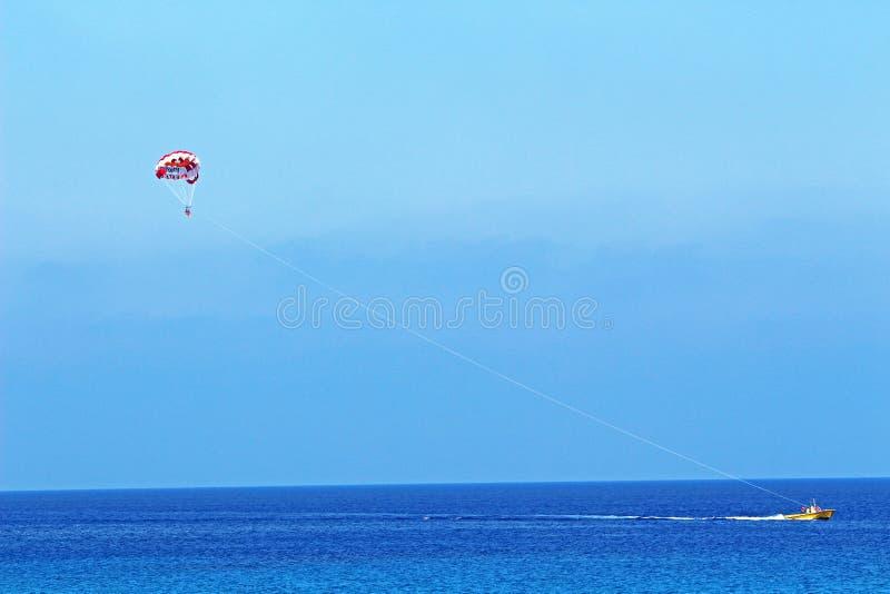 Parasailing en la playa de Konnos en Protaras Chipre fotografía de archivo