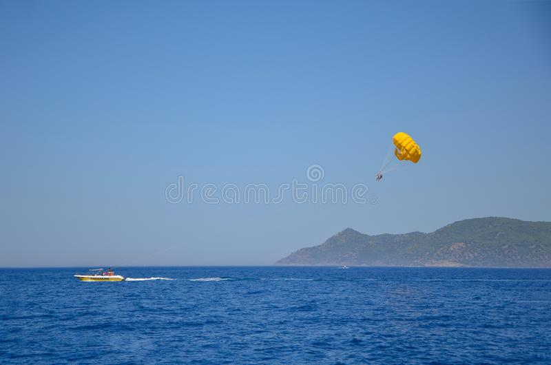 Parasailing en la playa de Turquía en verano foto de archivo libre de regalías