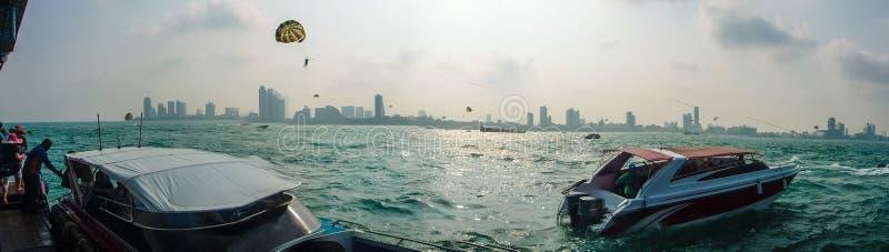 Parasailing, Fallschirm-Fliege in Pattaya, Thailand stockfotos
