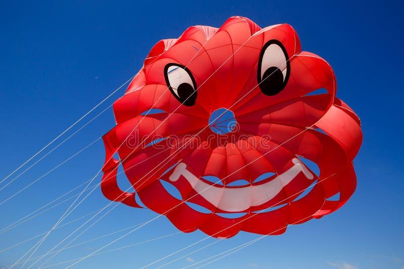 Parasailing hoppa fallskärm mot royaltyfri foto