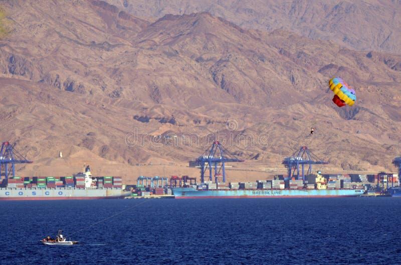 Parasailing i Eilat, Israel mot port av den Aqaba Jordanien arkivfoto